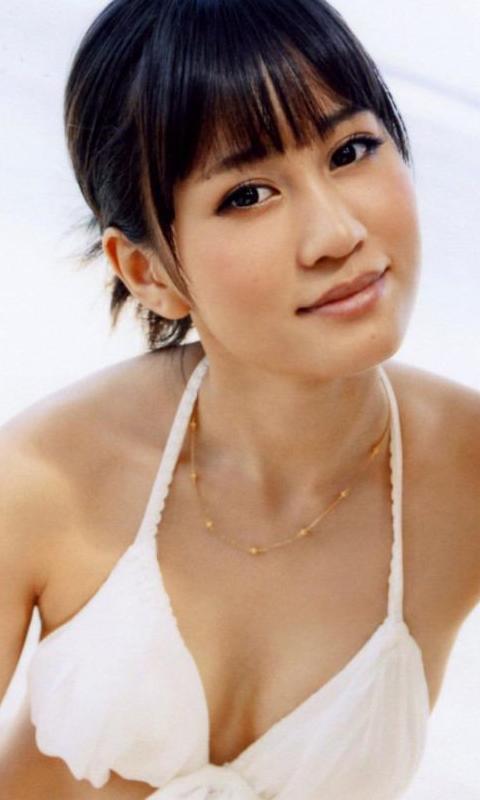 白い水着の前田敦子