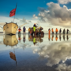 Banda Barca by António Leão de Sousa - People Professional People ( water, beaches, fishermen, arte xavega, fishing nets, costa de caparica, fishing, nikon, waterscapes, fishing boat, , colorful, mood factory, vibrant, happiness, January, moods, emotions, inspiration )