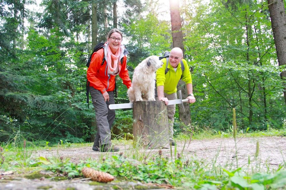 Du siehst ein Wanderpaar mit Ihrem Hund am Calwer Schafott.