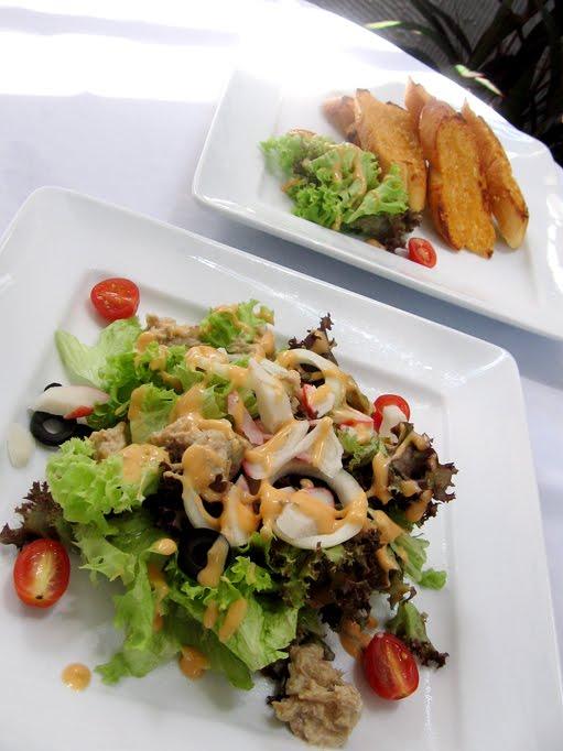 Chezzy Garlic Bread Chef S Salad 75 Celcius Restaurant