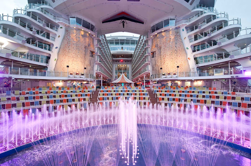 The Aqua Theater aboard Oasis of the Seas transforms into an aquatic amphitheater in the evening, with water shows and acrobatic performances.