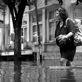 Mengungsi by Jhones Gozali - Black & White Street & Candid ( candids, woman, street, bw, floods )