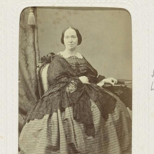 e51fdaa40748be Studioportret van een vrouw in een bolle jurk