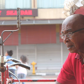 Trishaw and A Man by Shafiq Azli - People Portraits of Men ( trishaw, payang market, men, city. road )