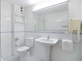 <p style='text-align:center'>1 Bedroom Apartment: Bathroom</p>