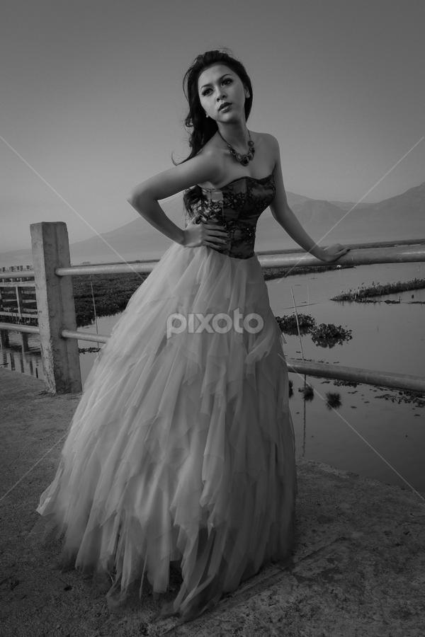Elegant by Bimo Pradityo - Black & White Portraits & People ( woman, b&w, portrait, person )