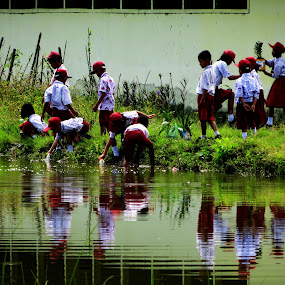 the kids school and roof of nature by Gustavo Sihombing - Babies & Children Child Portraits ( water, students, school, nature, lake, kids )