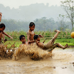 Poor although we remain cheerful by Muhasrul Zubir - Babies & Children Children Candids ( kids playing in the summer )