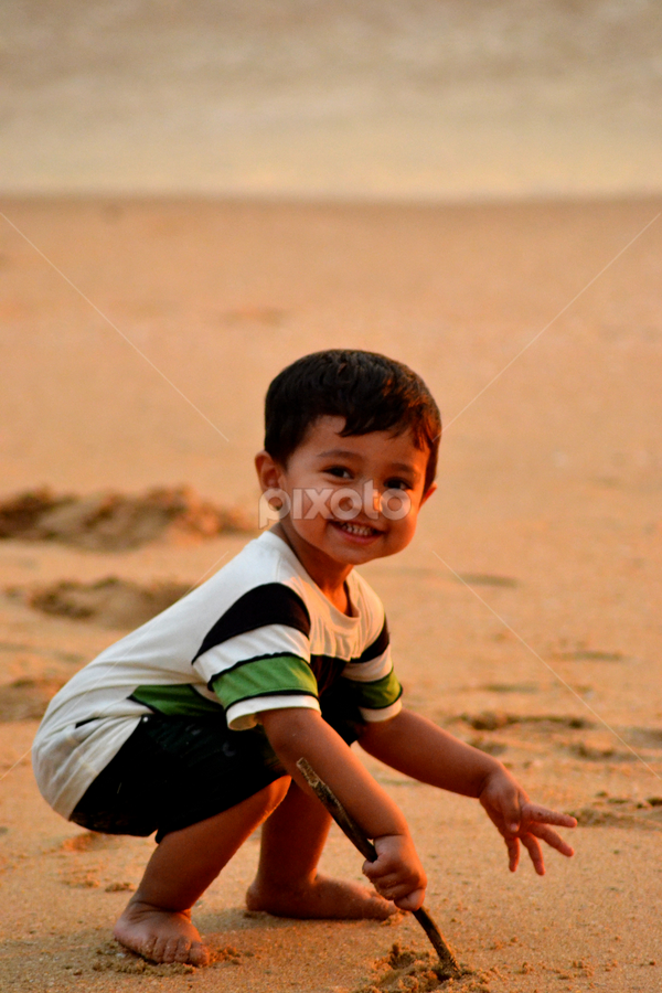 Kid by Vijesh Rajan - Babies & Children Child Portraits ( sand, kids, beach, kids portrait,  )