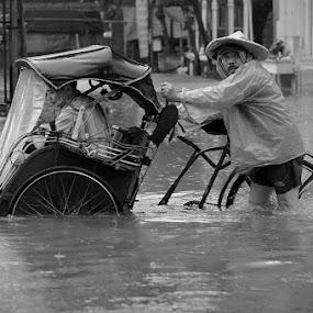 Hei... by Jhones Gozali - Black & White Street & Candid ( street, floods, bw, candid, becak, people )