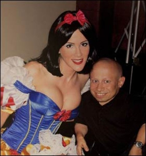 Verne Troyer y sus chicas (7)