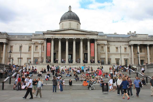 Schodiště u National Gallery na Trafalgar Square.