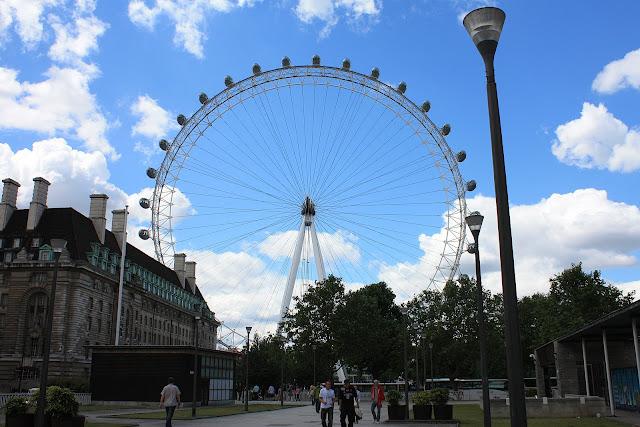 Pohled na Londýnské Oko při příchodu od Waterloo Station
