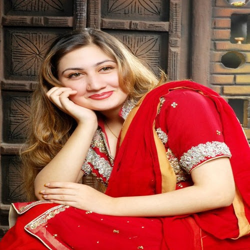 Wallpapersi18.Com: Pakistani Singer Urooj Mohmand In Suit Pics