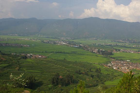 Vue vers l'Est : au centre, le village de Shaxi (Yunnan), 10 août 2010. Photo : J.-M. Gayman