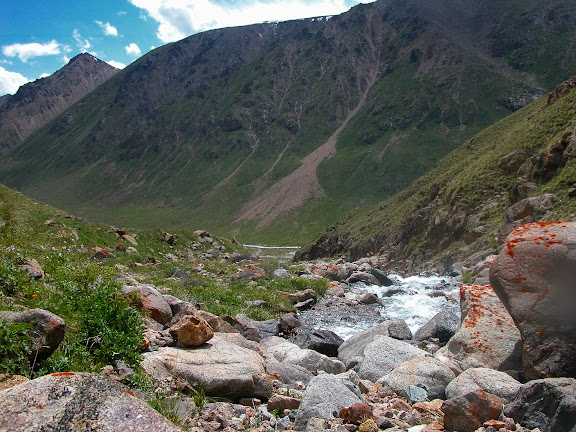 Haute vallée de la rivière Ottuk au SE du col Chon Ashuu, Terskei Ala Too, Kirghizstan, 7 juillet 2006. Photo : B. Lalanne-Cassou