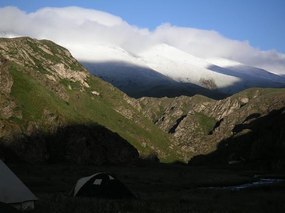 Vallon de Kichi-Kara-Kujur, vue vers le sud-ouest, au Sud de Dolon Pass, Kirghizstan, matin du 16 juillet 2006. Photo : F. Michel