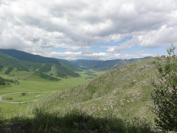 La montée vers le Tchike Taman pereval (alt. 1200 m). 8 juillet 2010. Photo : B. Lalanne-Cassou