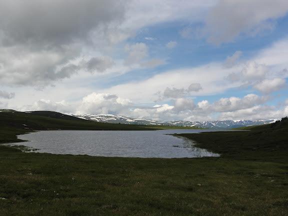 Le lac Ozero Bezimyannoe (Chibitka ?) (2150 m) dans les Monts Severo-Chuyskij (au nord d'Aktash). 12 juillet 2010. Photo : B. Lalanne-Cassou