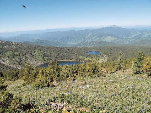 Deux des cinq lacs de Karakol (alt. 2000 m), 5 juillet 2010. Photo : J. Marquet