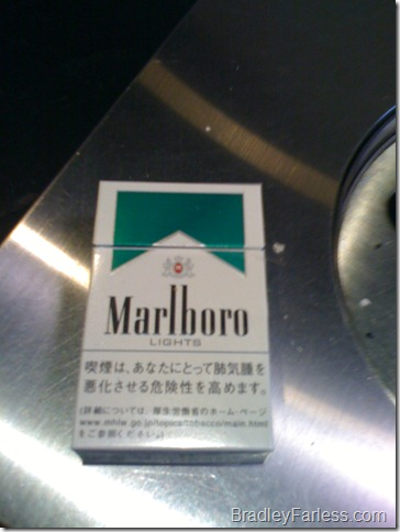 Japanese packaging for a pack of Marlboro Light Menthols.