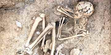 The body of a man with an arrow tip still lodged in his spine was found during ongoing excavations in Bursa's Aktopraklık tumulus.
