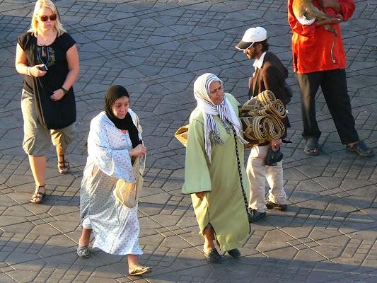 Imagini Maroc: Jema el-Fnaa Marrakech - ia covorul tau si umbla.JPG