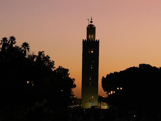 Imagini Maroc: Jema el-Fnaa Marrakech - Koutoubia la asfintit.JPG
