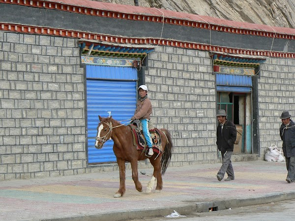 Obiective turistice Tibet: pe drum spre manastire.JPG