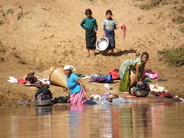 Imagini India: viata pe rau.JPG