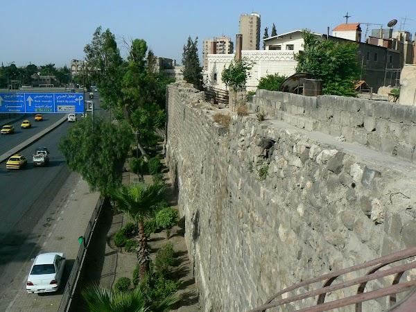 Cazare Siria: Damascus Hostel in Damasc pe zid.JPG