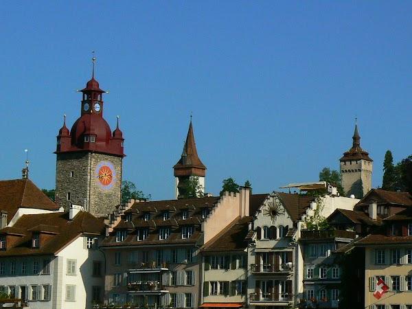 Obiective turistice Elvetia: turlele din Lucerna.JPG