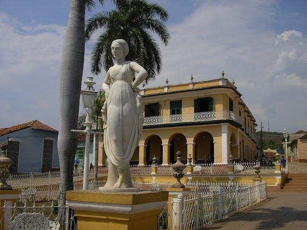 Obiective turistice Cuba:  piata centrala Trinidad.JPG