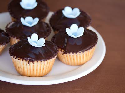 close-up photo of vanilla cupcakes