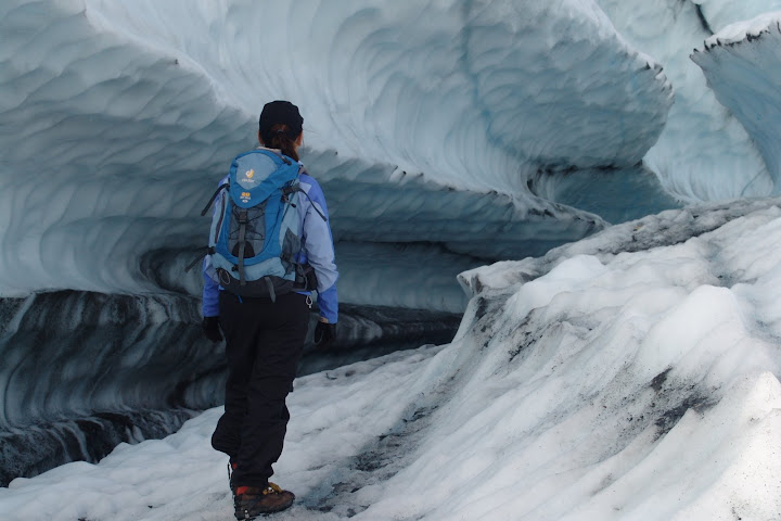 Lau olhando as formações no gelo - Matanuska Glaciar