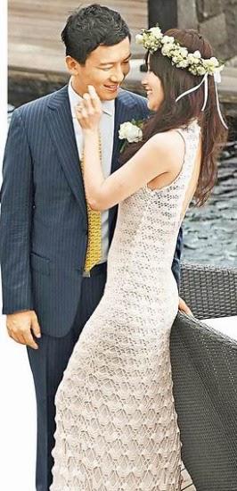 侯佩岑在巴厘岛拍婚纱照,轻抚黄伯俊的脸庞。(图片来源:台湾苹果日报).jpg