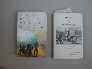 שני ספרים מהם שאבתי ידע קונקרטי. זה מימין נכתב על ידי קנדי ממוצא אינדיאני שהפך את הכתיבה על מסעות אופנועים למקצוע. ספר שמדריך מייל אחרי מייל איך להגיע למקומות הכי נחשבים באלסקה. זה משמאל מספר סיפור של בחור אנגלי שהקיף את אפריקה על אופנוע לבד .
