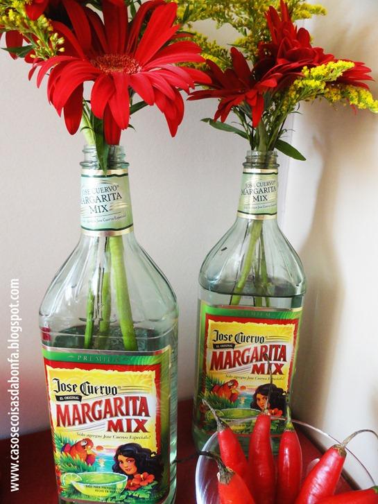 Eu tenho mania de guardar garrafas vazias e aproveitei essas duas que  continham um mix pronto para Margarita a fim de utilizá-las como vasos para  gérberas ... cd2d7f74eeb