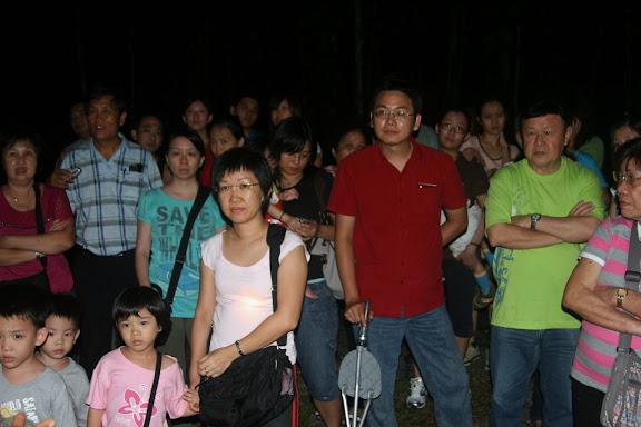 在漆黑的树林中,大家神情严肃地聆听导游简介Gua Bulan Terang