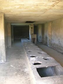 157 - Auschwitz II - Birkenau, letrinas en barracón de piedra.JPG