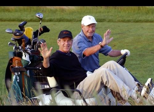 2002年,布什两父子再次同场竞技。这次儿子是总统,父亲则已经是前总统了。.jpg