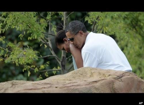 2010年8月14日,在前往高尔夫湾度假时,奥巴马总统帮夫人推杆。.jpg
