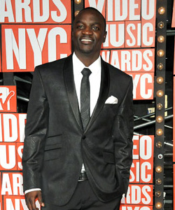 Akon on the red carpet at the VMA's [image courtesy of Getty images and MTV]