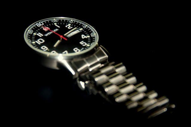 Close Up  Wenger Commando Day Date XL » Tech Patrol f837d51d6a5