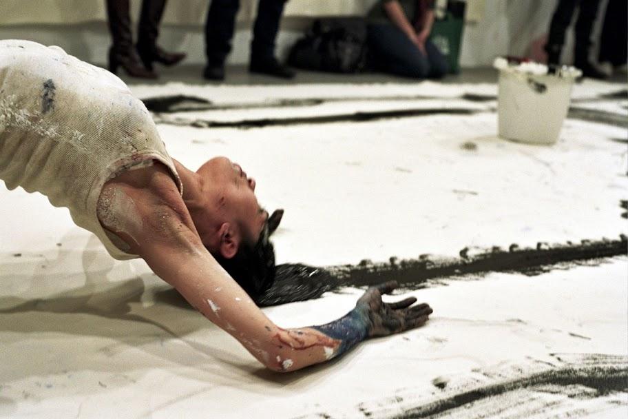 Lilibeth Cuenca: Remake af Janine Antoni, Loving Care (1992-96), Renwick Gallery New York, 2008. Foto: Thomas Duzol