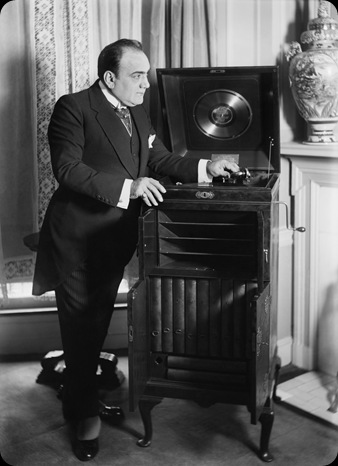 Caruso_with_phonograph2