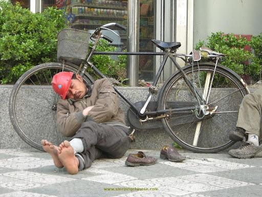 工地大卡车_正在睡觉的中国人(组图)   佳人