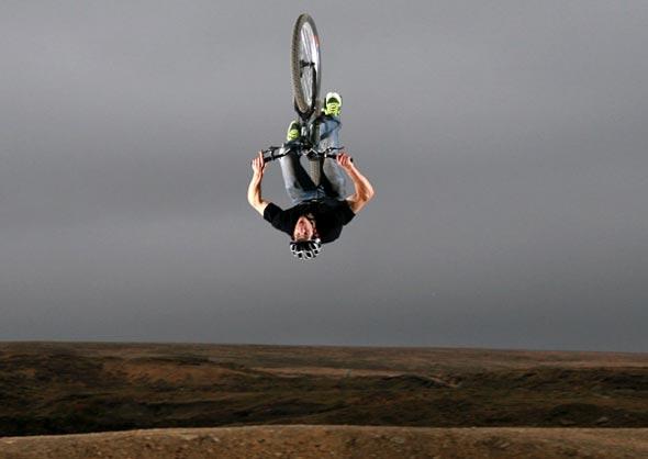 Salto com bicicleta.