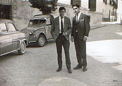 Joaquin Ruiz (izda) y Paco Muñoz en la calle Blanco Belmonte. (1965)