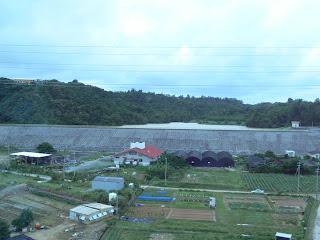 沖縄自動車道より下流側堤体を望む(その1)